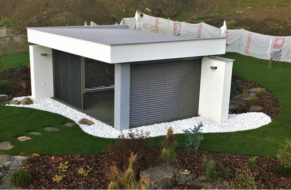 moderny biely murovany altanok s hlinikovymi zaluziami