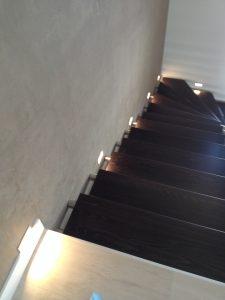 moderne schodisko s dekorativnou stenou
