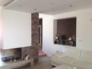 biela obyvacka s pohladom na dekorativnu stenu